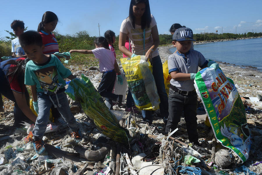 Kids Collect Trash In Philippines