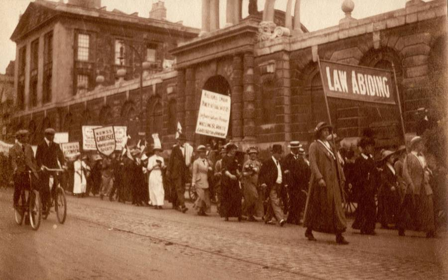 Suffragists March Down Oxford