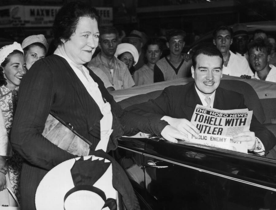 William Hitler con il giornale in auto