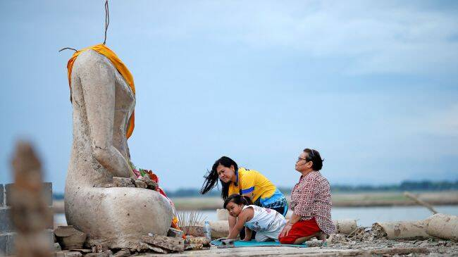 Wat Nong Bua Yai Buddha Statue
