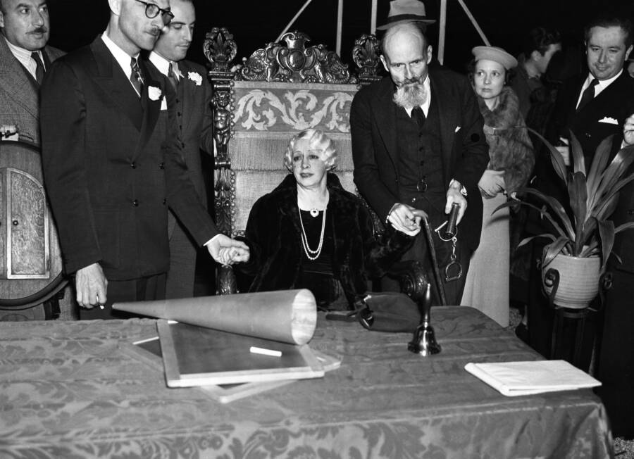 Bess Houdini Performs A Final Seance