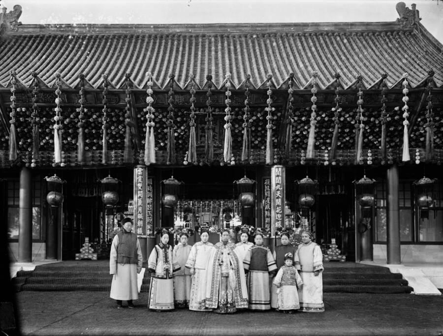Imperatriz viúva Cixi da China com assistentes
