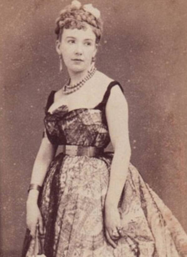 Full Body Of Cora Pearl