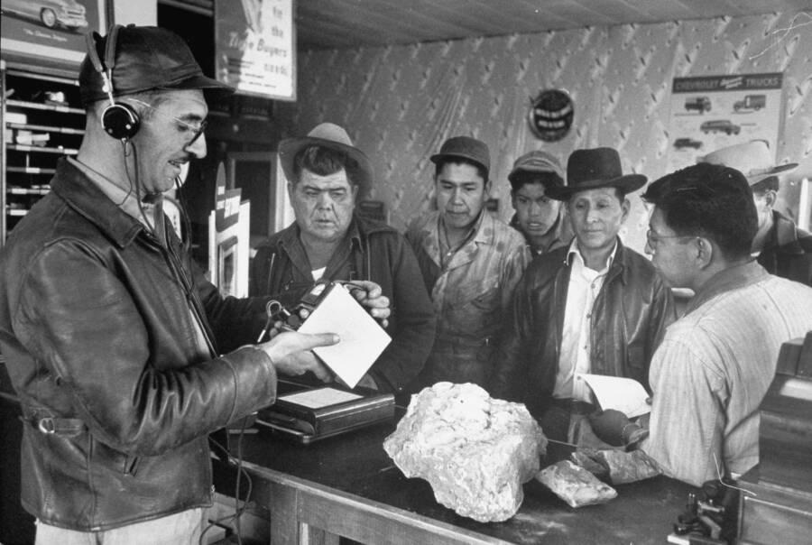 Trabalhadores Navajo em uma inspeção de urânio