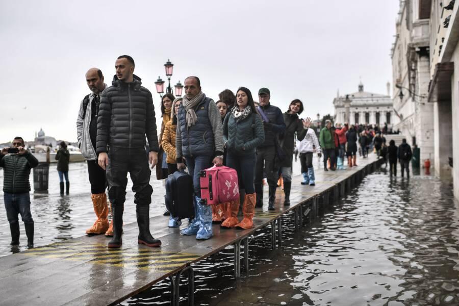 Turisti opúšťajúci Benátky