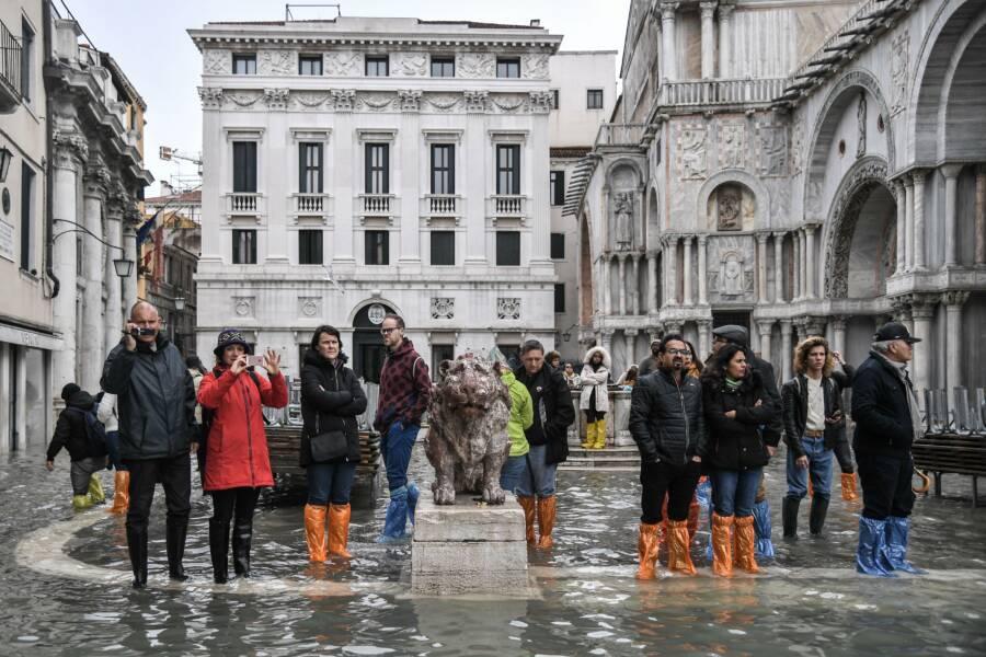 Turisti čakajúci v povodni Benátky
