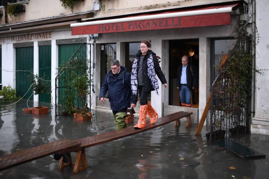 Turisti chodia nad záplavou Benátok