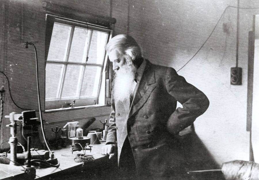 Joseph Swan Inventing A Light Bulb