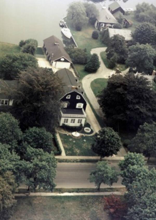 Vista aerea della casa di Amityville