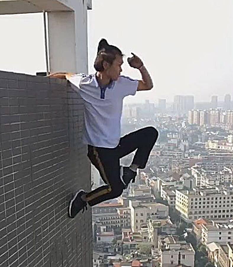 Wu Yongning Performing
