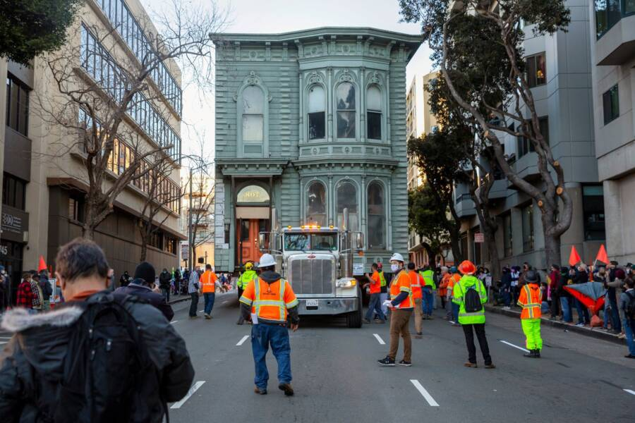 Victorian San Fransisco House On A Truck