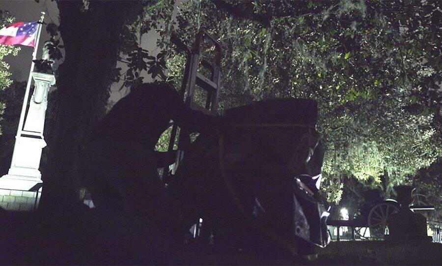 Jefferson Davis Chair Being Stolen