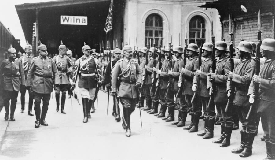 Kaiser_Wilhelm_II_inspecting_troops_1915