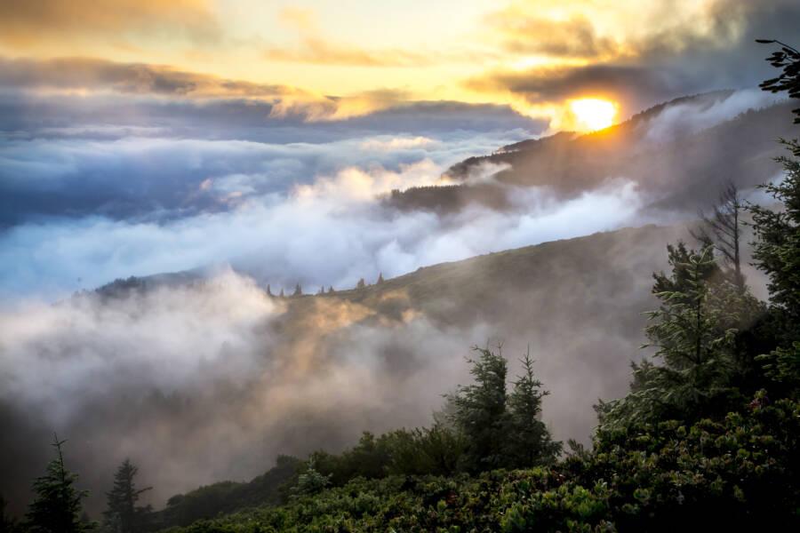 Montanhas e nuvens de Santa Lucia