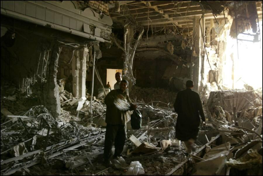 Iraqis Looting Hussein's Palace