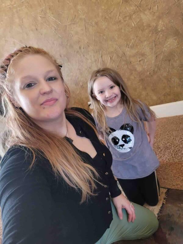 Tiffani Hill e filha sorridente