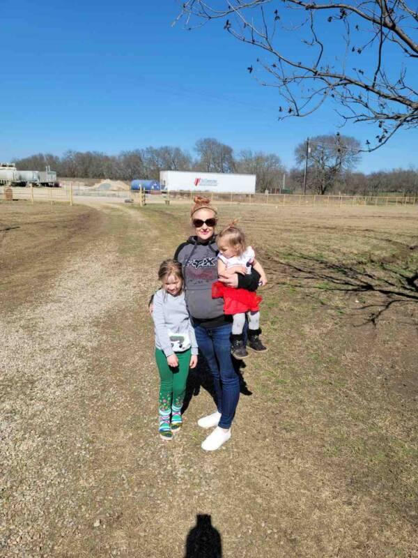 Tiffani Hill com suas filhas